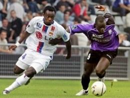 Essien i Faye walczą o piłkę. Istres-Lyon 0:0 /AFP
