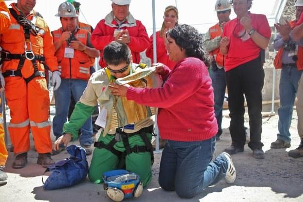 Esteban Rojas podczas pobytu pod ziemią przyrzekł, że weźmie ślub kościelny /AFP