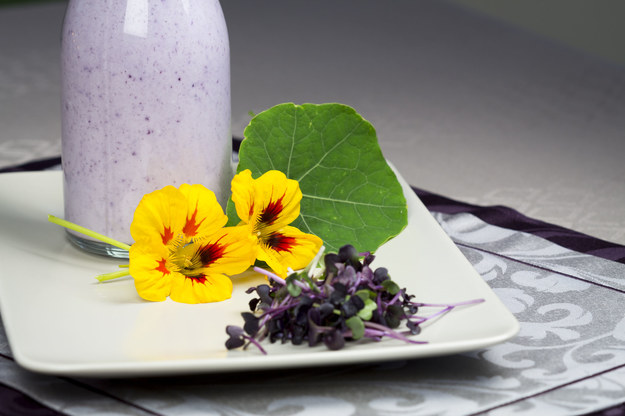 Esy-floresy z polewy lub sosu to błyskawiczna, a zarazem efektowna dekoracja! /123/RF PICSEL