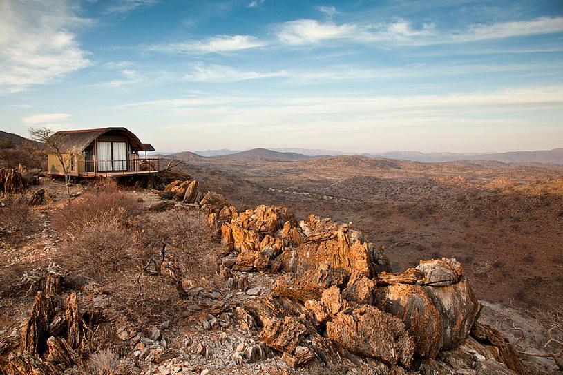 Etanbura Tented Lodge, otwarty w 2011 roku, to 5 komfortowych namiotów krytych strzechą, z betonowymi podłogami, a nawet łazienkami    /fot. Remy Scalza /The New York Times Syndicate