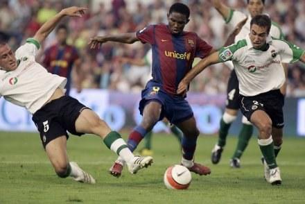 Eto'o walczy z Cristianem Fernandezem i Ayoze. Racing-Barca 0:0 /AFP