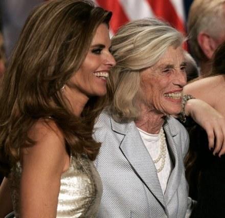 Eunice Kennedy Shriver z córką Marią, żoną Arnolda Schwarzeneggera. /AFP