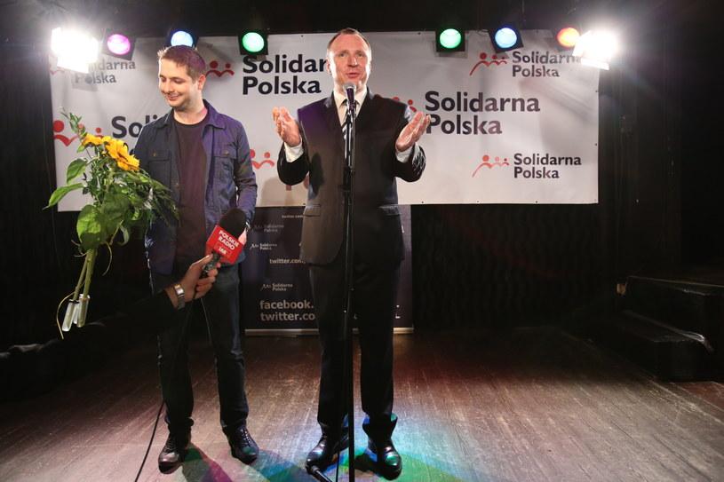 Europoseł Solidarnej Polski Jacek Kurski (P) i Patryk Jaki (L) chwilę po ogłoszeniu wstępnych wyników wyborów /Leszek Szymański /PAP