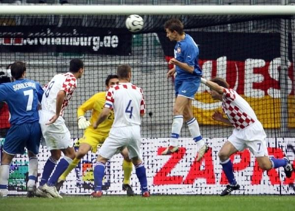Euzebiusz Smolarek strzela zwycięskiego gola /AFP
