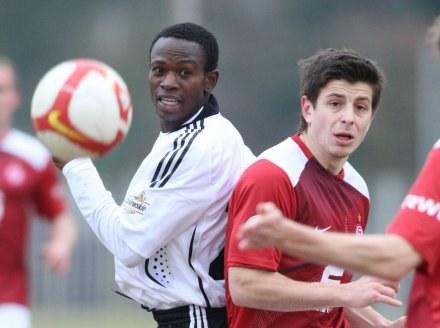 Evans Chikwaikwai (z lewej) to nowy zawodnik testowany przez Legię. /Agencja Przegląd Sportowy