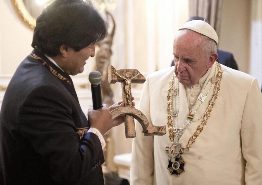 Evo Morales wręcza papieżowi Franciszkowi figurę Chrystusa /OSSERAVATORE ROMANO / HANDOUT /PAP/EPA