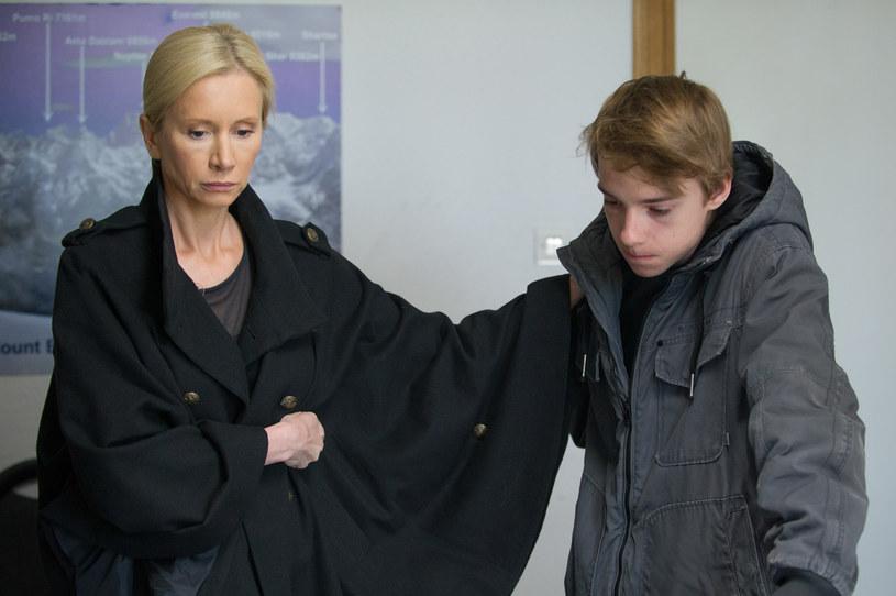 Ewa czeka na wiadomości razem z synem Radka. /x-news/ Radek Orzeł /TVN
