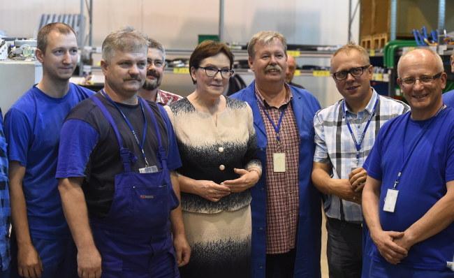 Ewa Kopacz podczas zwiedzania Wojskowych Zakładów Mechanicznych Rosomak w Siemianowicach Śląskich /PAP/Radek Pietruszka    /PAP