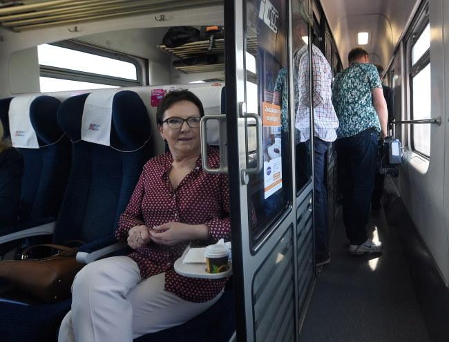 Ewa Kopacz w pociągu /PAP/Radek Pietruszka    /PAP