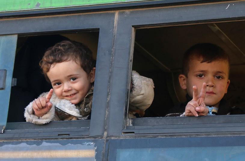 Ewakuowane z Aleppo dzieci /AFP