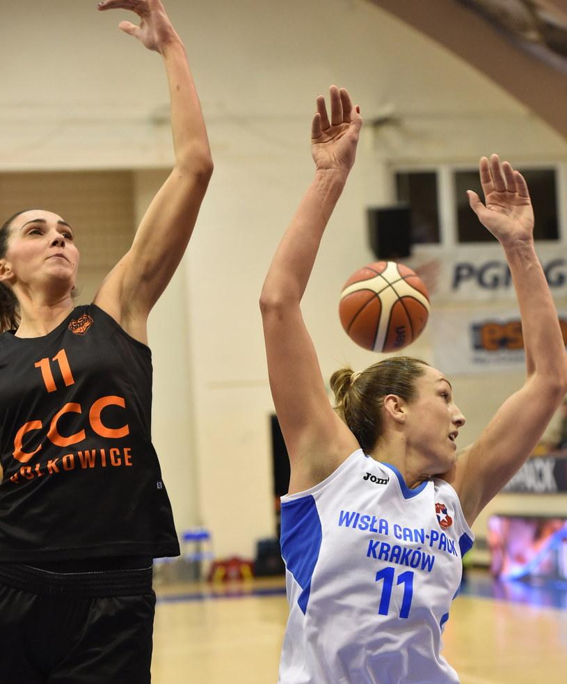Ewelina Kobryn (P) z Wisły Can-Pack oraz Marija Rezan (L) z CCC Polkowice /Jacek Bednarczyk /PAP