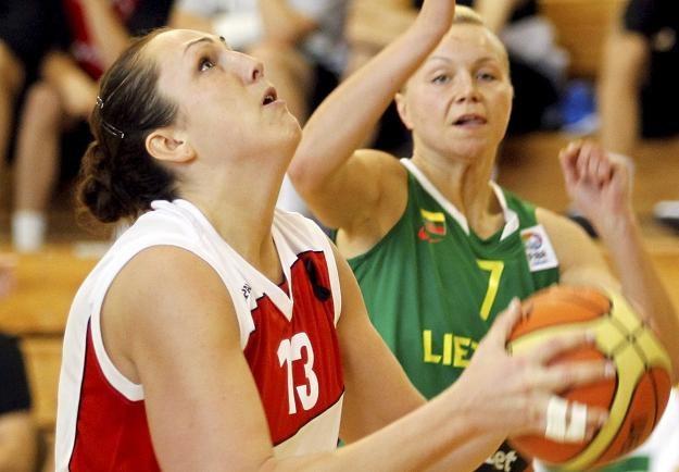 Ewelina Kobryn (z piłką)/fot. Andrzej Grygiel /PAP