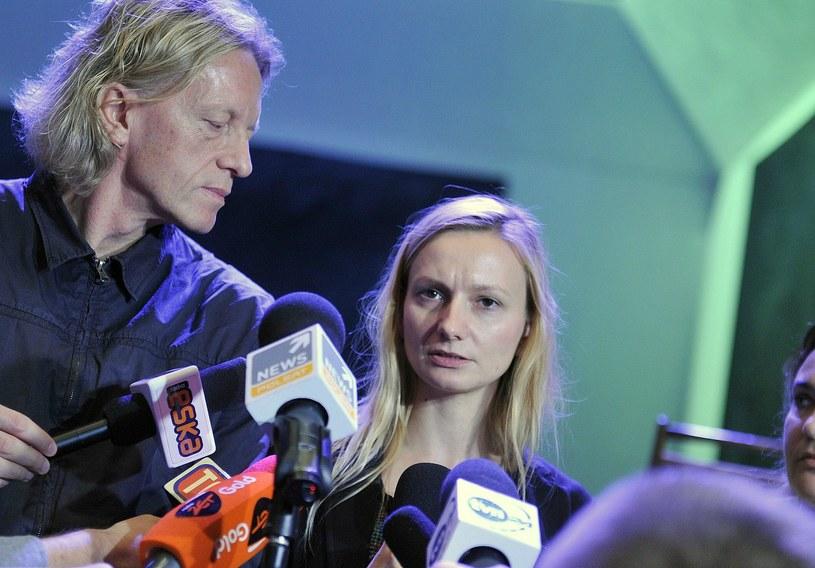 """Ewelina Marciniak podczas konferencji prasowej na temat kontrowersji wokół spektaklu """"Śmierć i dziewczyna"""" /Natalia Dobryszycka /East News"""