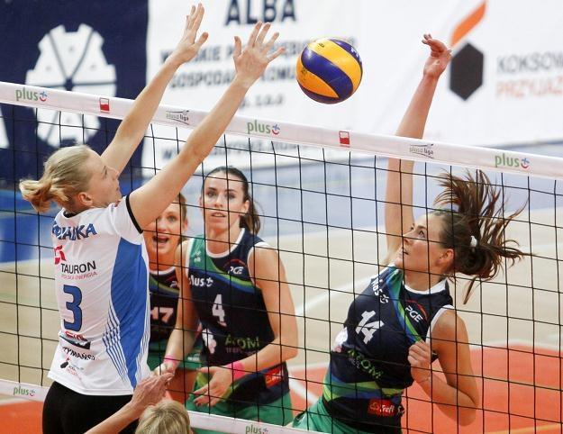 Ewelina Sieczka (atakuje) została wybrana najlepszą zawodniczką meczu Fot. Łukasz Szostek /PAP