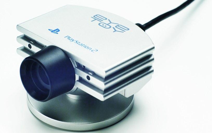 Eye Toy - specjalna kamerka umożliwiająca kontrolowanie wydarzeń na ekranie za pomocą ruchów /materiały prasowe