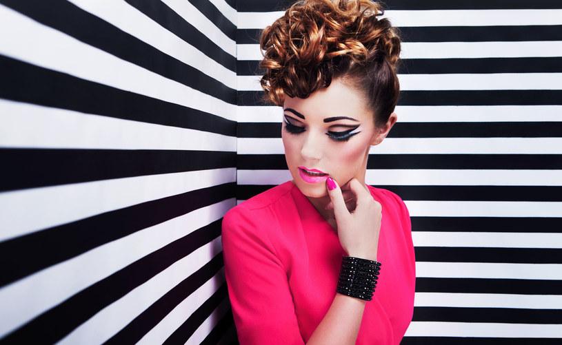 Eyeliner może stać się niczym pędzel w rękach malarza i przyczynić się do niezwykłej, makijażowej kreacji /123RF/PICSEL