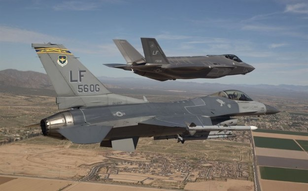 F-16 i F-35      U.S. Air Force photo/Jim Hazeltine /materiały prasowe