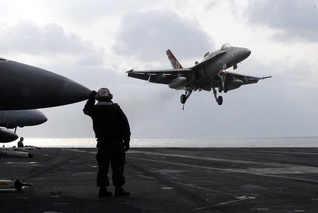 F/A-18 ląduje na pokładzie lotniskowca typu Nimitz /Getty Images/Flash Press Media