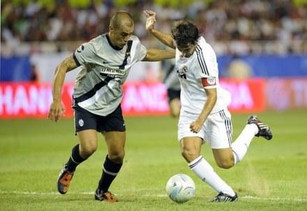 Fabio Cannavaro (z lewej) porozumiał się z kibicami Juve /AFP