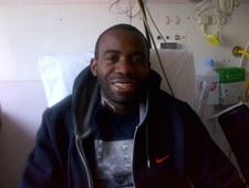 Fabrice Muamba uśmiecha się i pozdrawia swych fanów