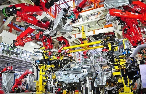 Fabryki motoryzacyjne należą do najardziej nasyconych robotami. Na zdjęciu: zakład Fiata w Tychach /