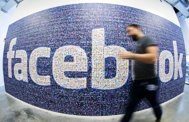 Facebook stara się utrzymać ogromną popularność /AFP
