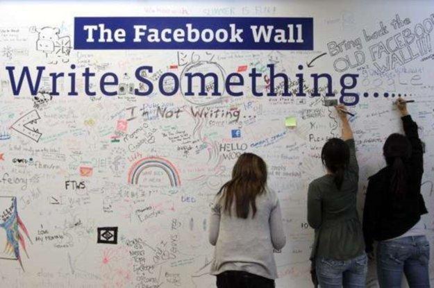 Facebook w pracy - więcej złego niż dobrego? /AFP