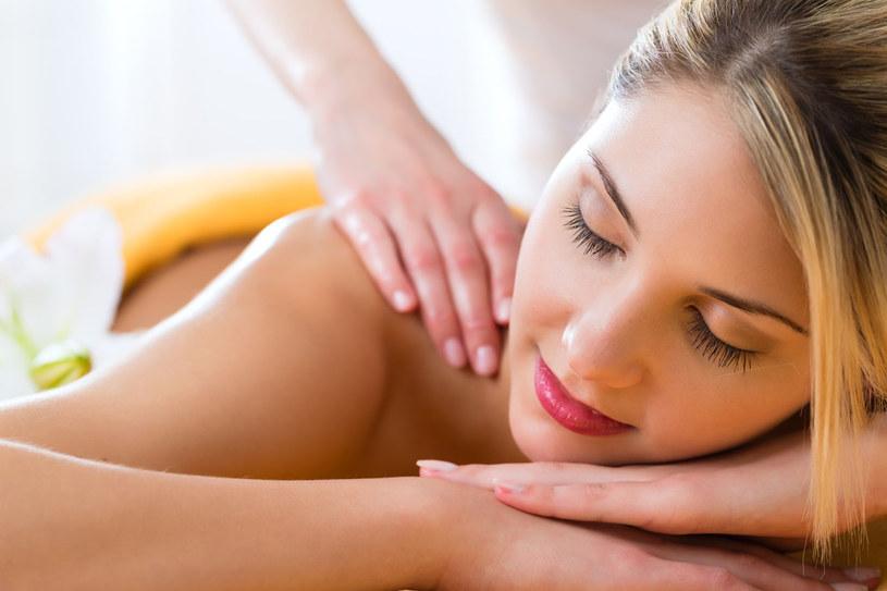 Fachowcy twierdzą zgodnie, że regularne poddawanie się masażom pomaga uchronić się przed przeziębieniem, a nawet grypą, gdyż wzmacnia nasz układ odpornościowy. /©123RF/PICSEL