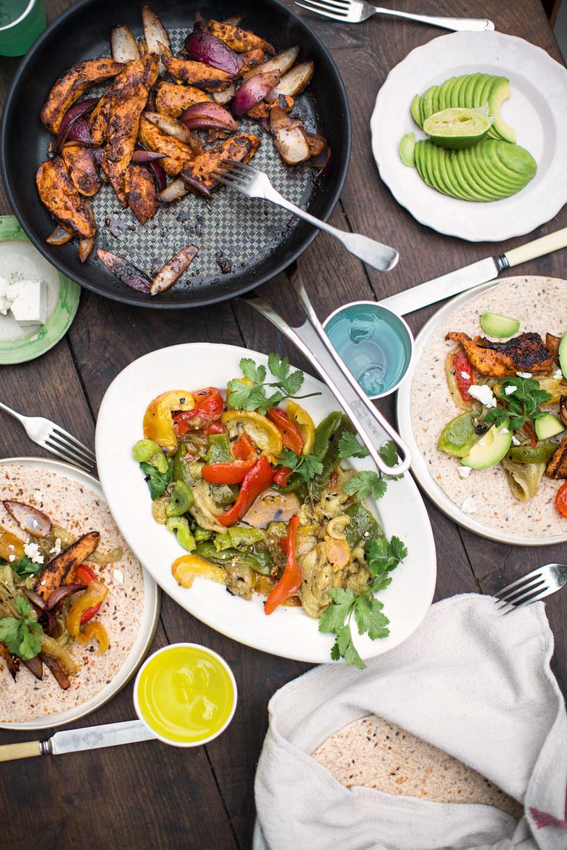 Fajita z kurczakiem, bakłażanem i papryką, fot. Jamie Oliver /materiały prasowe