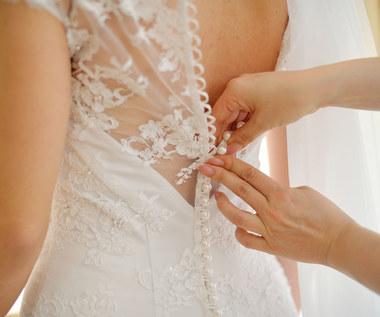 Falbany, pióra i odkryte plecy - nowe trendy w modzie ślubnej