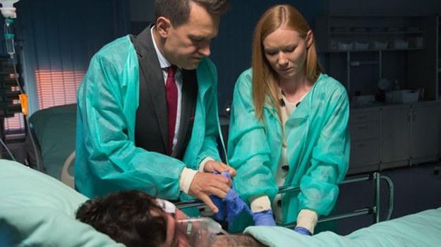 Falkowicz (Michał Żebrowski) i Wiki (Katarzyna Dąbrowska) starają się za wszelką cenę uratować Adama (Grzegorz Daukszewicz) /www.nadobre.tvp.pl/