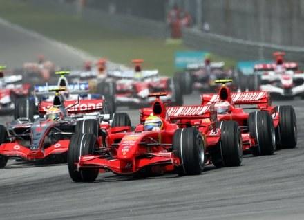 Fani F1 będą mieć więcej emocji w przyszłym sezonie! /AFP