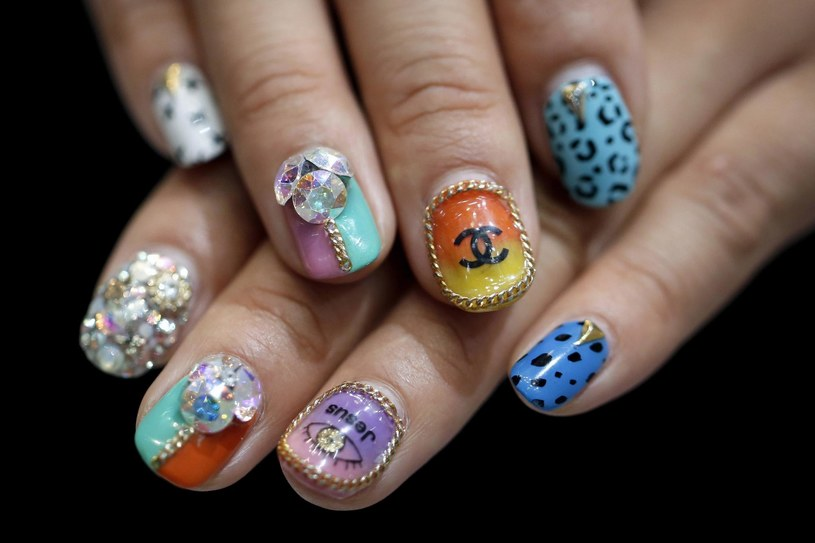 Fantazyjne wzory i bogate zdobienia - w tym kierunku zmierza moda w stylizacji paznokci. Ale spokojnie - miłośniczki klasyki również wybiorą cos dla siebie /PAP life