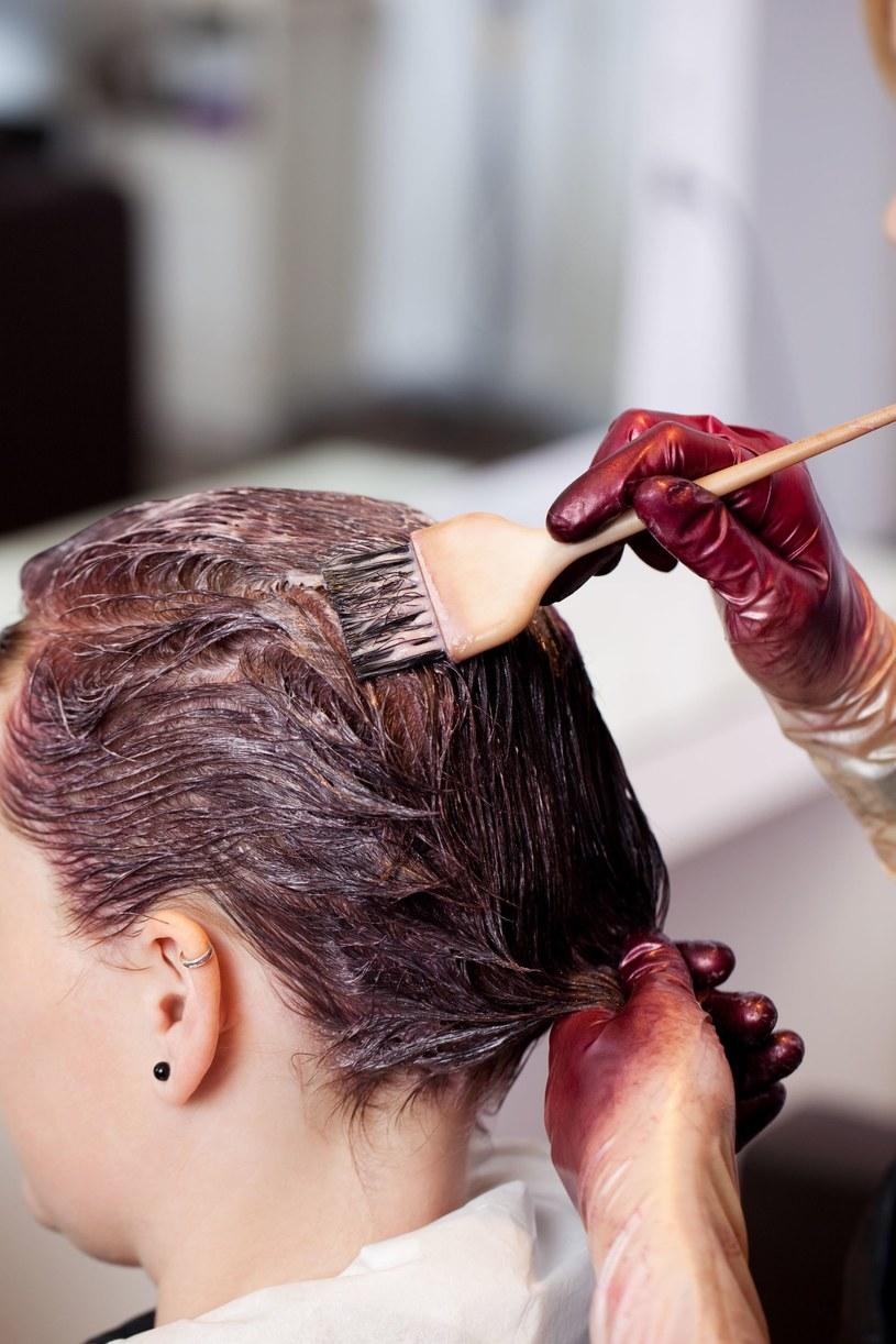 Farbowanie włosów niszczy włosy. Warto zastanowić się nad henną /©123RF/PICSEL