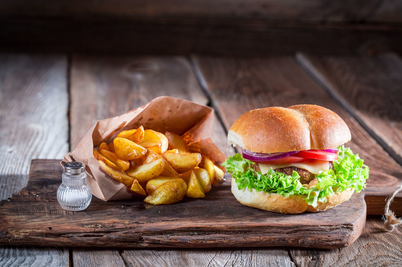 Fast food - jedzony zebyt często może poważnie zagrozić twojemu zdrowiu /123RF/PICSEL