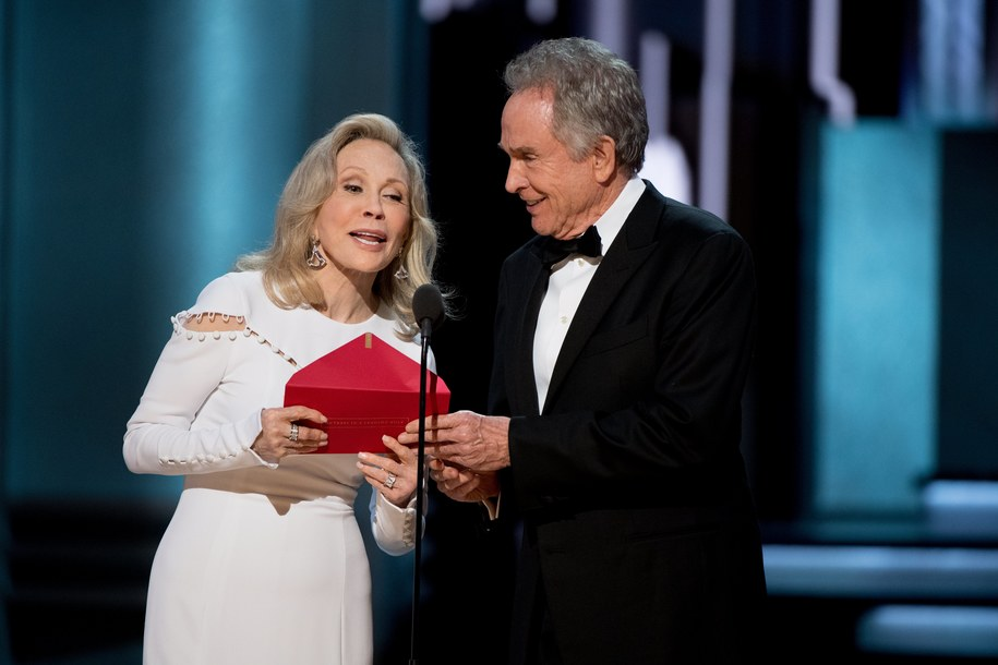 "Faye Dunaway i Warren Beatty ogłaszają - błędnie - że Oscara dla najlepszego filmu otrzymał ""La La Land"" /PHIL MCCARTEN/Academy of Motion Picture Arts and Science (AMPAS) /PAP/EPA"
