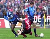 FC Nurnberg - Bayer 1:0. Ze Roberto (z lewej) ostro atakowany przez Tommy Larsena