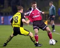 FC Nurnberg - Borussia Dortmund 2:2. Lars Mueller w starciu z  Larsem Rickenem