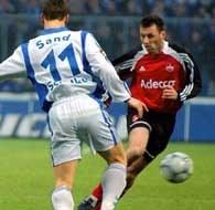 FC Nurnberg - FC Schalke 0:3. Sand (z lewej) walczy o piłkę z Larsenem z Nurnberg