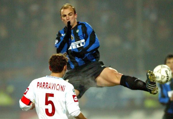 FC Treviso - Inter 0:1. Esteban Cambiasso w walce o piłkę z Francesco Perravicinim /AFP
