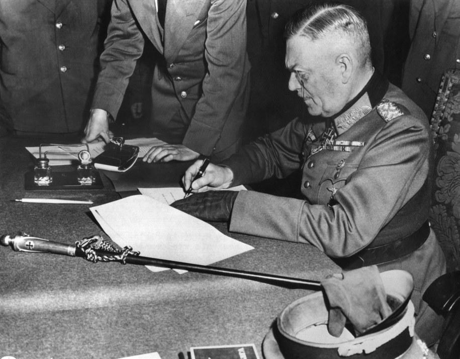 Feldmarszałek Wilhelm Keitel podpisuje akt bezwarunkowej kapitulacji Niemiec /DPA /PAP