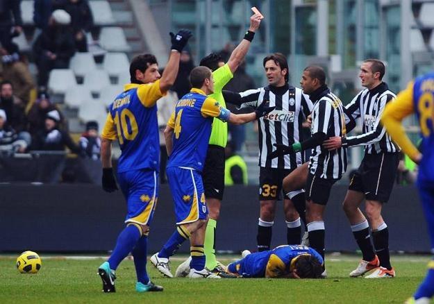 Felipe Melo otrzymuje czerwoną kartkę od arbitra za swój brutalny faul /Getty Images/Flash Press Media