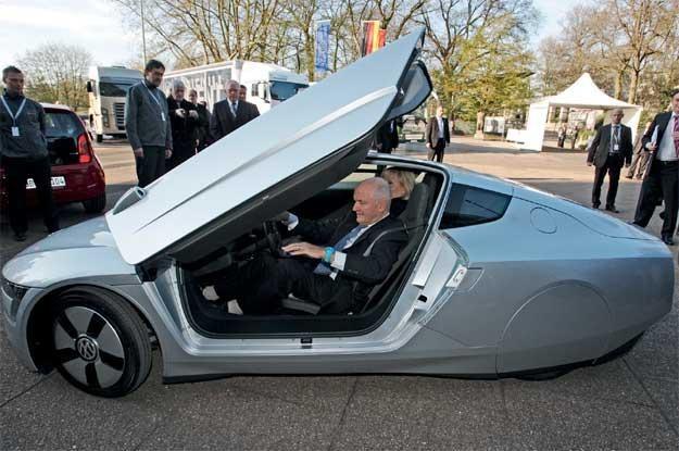 Ferdinand Piëch  w prototypowym  Volkswagenie  XL1 /