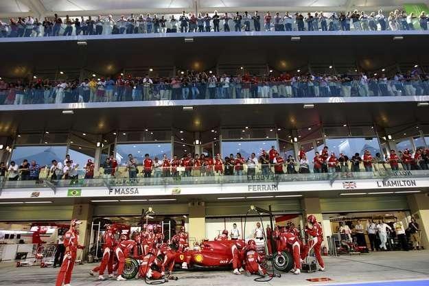 Fernando Alonso i Felipe Massa czekają na F11 /AFP