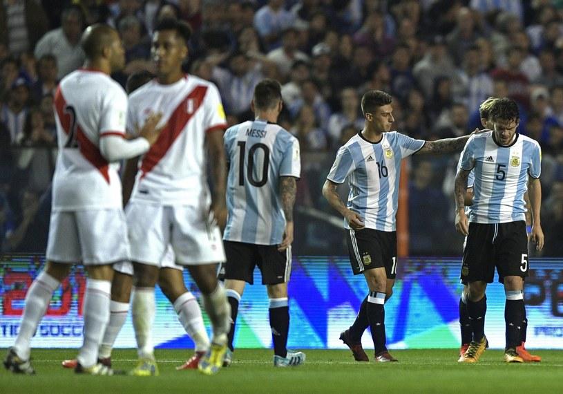 Fernando Gago (P) opuszcza murawę w meczu z Peru /AFP