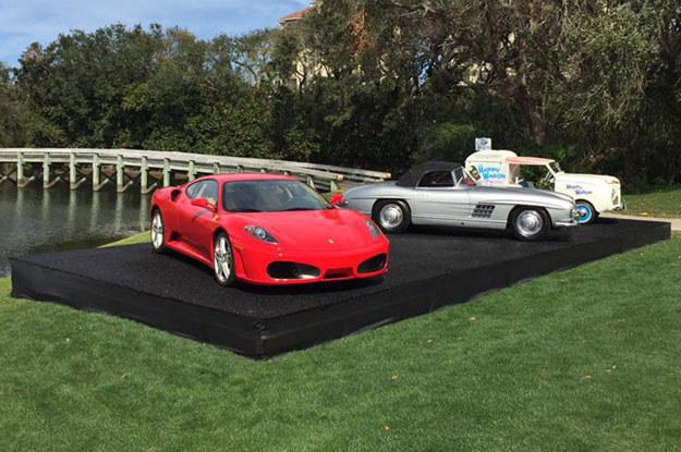 Ferrari F430 F1 coupe, którego właścicielem był  Trump. W tle Mercedes-Benz 300 SL roadster /Fot. Auctions America  /