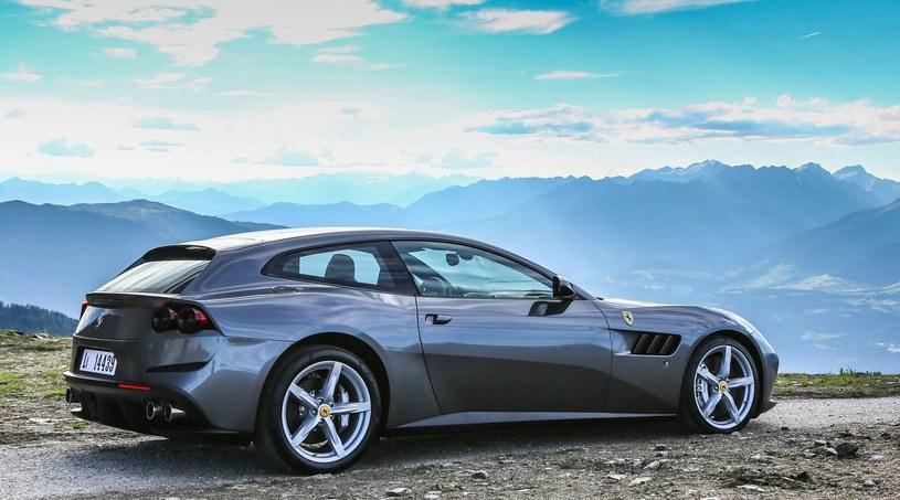 Ferrari GTC4 Lusso oferuje już napęd na wszystkie koła, cztery miejsca siedzące, praktyczny bagażnik i często reklamowane jest jako auto dla ludzi aktywnych. Wygląda na to, że za parę lat nie będzie to jedyne Ferrari, jakim będzie można pojechać na narty /