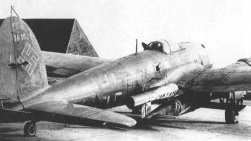 Fi-103R podwieszony pod skrzydłem bombowca He-111 /Wikimedia Commons – repozytorium wolnych zasobów /INTERIA.PL/materiały prasowe