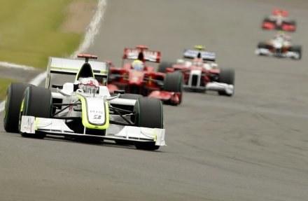 FIA utrzymała w mocy wprowadzony na sezon 2010 zakaz tankowania bolidów w trakcie wyścigu /AFP