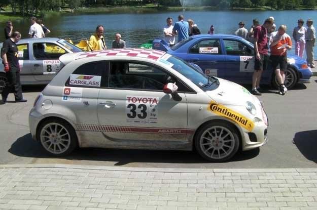Fiat 500 abarth przed startem do oesu wokół jeziora Druskonie /INTERIA.PL